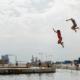 Børn springer i vandet i havnebadet ved Islands Brygge